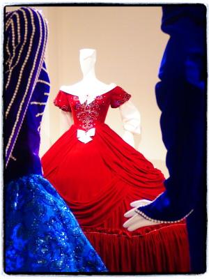 赤いおドレはベルサイユのばらのマリーアントワネットの衣装。