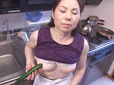 【無修正】初裏 島田亜希子 きゅうりに興奮する五十路母