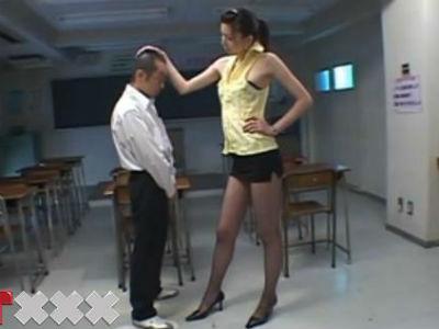 長身美脚網タイツのドSな痴女教師が放課後の教室でチビな生徒に濃厚ベロキスをして強制クンニ