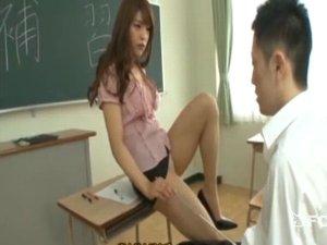美人で痴女なタイトスカート誘惑女教師が足コキ責めしてくれた!