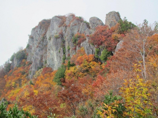 山頂の岩峰群