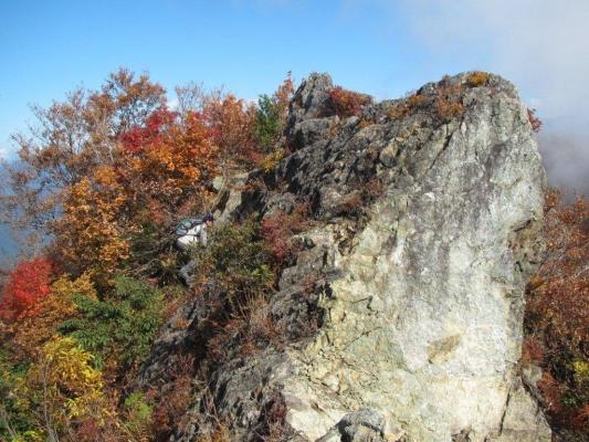 山頂標識が立つ岩峰への登り