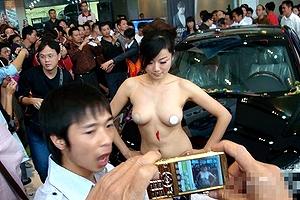 【厳選エロ画像184枚】中国のおっぱい常時丸出しでエロ過ぎる露出キャンギャルが「パンチラ自由!」アジア独自の露出規制フリー「裸のコンパニオンがウロウロ」「台湾やベトナムもwwww」【永久保存版】