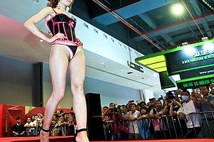 中国の下着ファッションショーってただの「ストリップショー」だって噂www