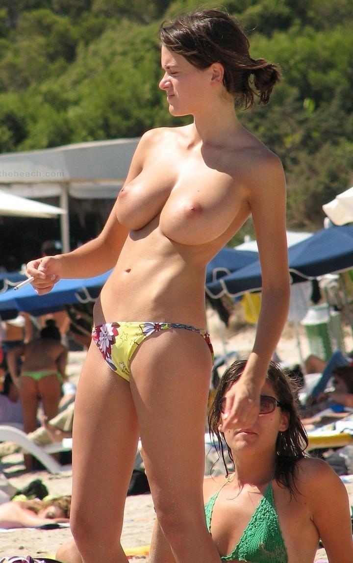 ヌーディストビーチのエロおっぱい画像