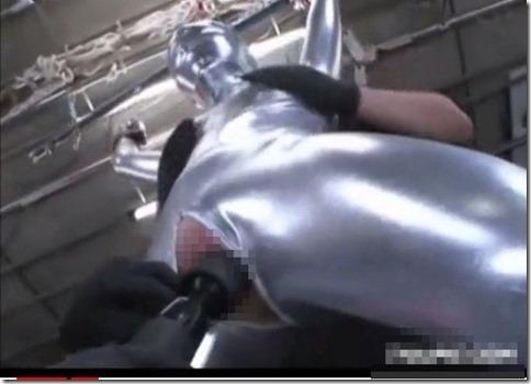 銀色ボンデージボディースーツでイカされまくるパイパンM美女