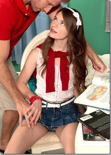 パンツはおろか、具まで見えちゃう役に立たない超ミニスカのエロ画像26