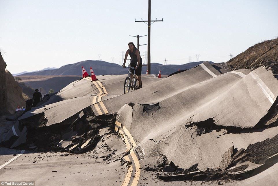 カリフォルニアの道路が突然の「隆起」…地震や地すべりは起きておらず原因は不明