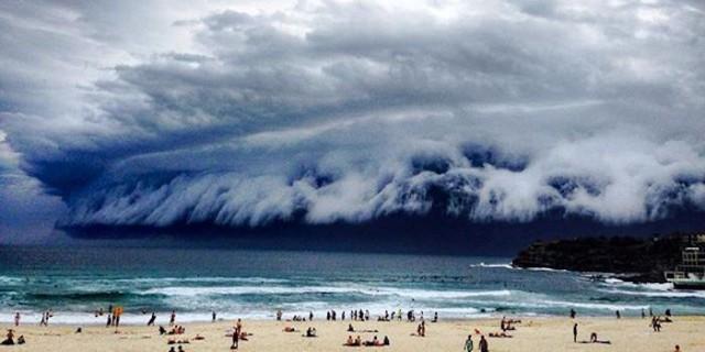 【異常気象】オーストラリアの浜辺に「大津波」が…まるで津波にしか見えない雲が現れる!