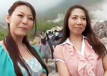 【連れ込み】温泉地で観光客ナンパ!2人組の美人熟女妻を旅館に連れ込み内風呂で激しく立ちバック!【旅館】