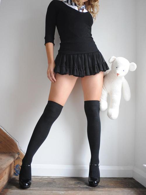 足の綺麗な女には是非ともニーソを履いて欲しいと願う美脚さんのエロい画像wwww