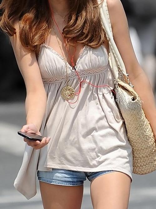 【着衣 エロ画像】夏の薄着で膨らむ素人さんの巨乳って最高だよな…。