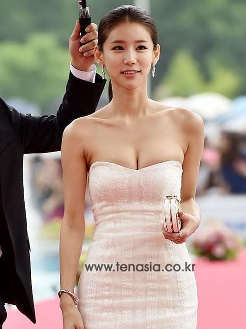 【外人】韓国女優のオ・イネが巨乳で谷間を強調してるポルノ画像