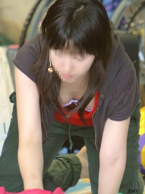 【胸チラ エロ画像】無防備な素人さんの谷間を盗撮!