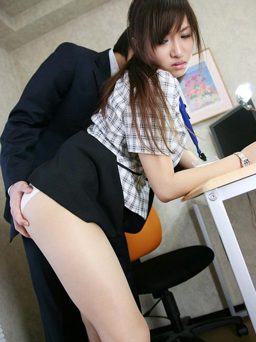 【セックスエロ画像】仕事中の真面目なOLお姉さんを犯すwww