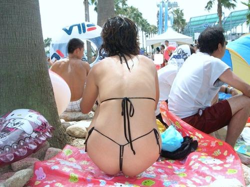 【素人水着】ビーチやプールでモロ尻丸出しのTバックビキニで現れる素人ギャル