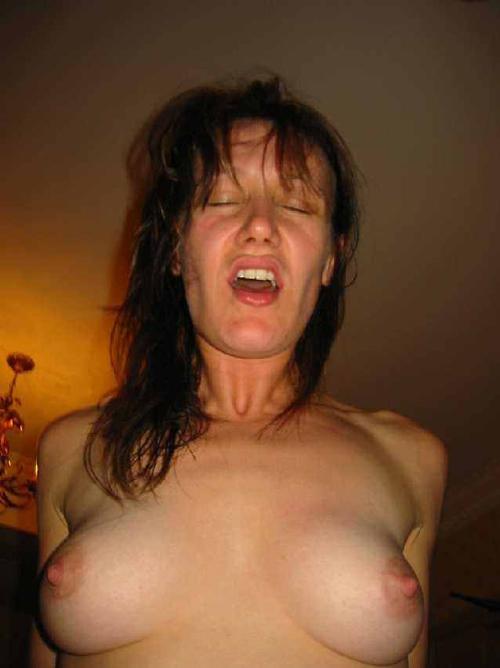 外人オバサンのイク瞬間をハメ撮りした外国人素人熟女のイキ顔画像