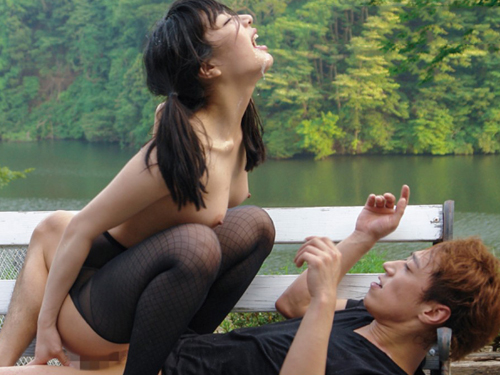 【野外セックスエロ画像】開放的な屋外で開放的なセックスを楽しむカップル!