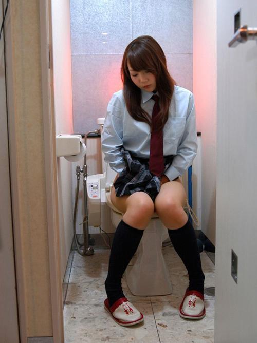 女がトイレで用を足してるところを激写した!ってテイのエロ画像