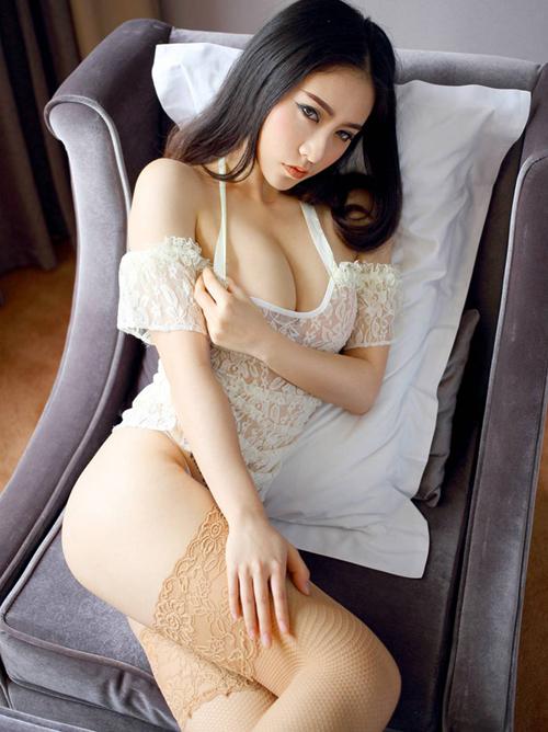 【海外】ソファー上のセクシーなアジアンガールと美尻姿のの海外お姉さん♪