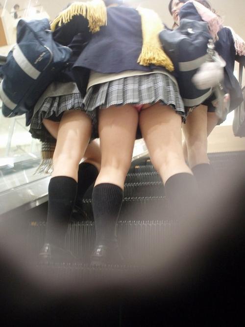 現役の女子●生が校内で撮った同級生www成長期の太ももやらおっぱいやら…たまりませんなwww