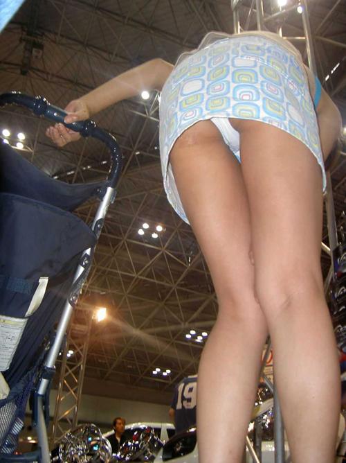 【ローアングル エロ画像】どうしてもパンツが見たくて盗撮した結果www