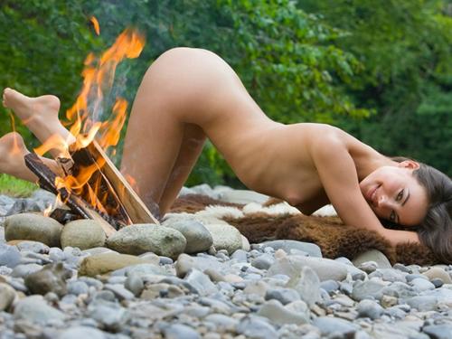 【露出エロ画像】これぞ露出キャンプ…大自然の中で脱いだ変態美女www