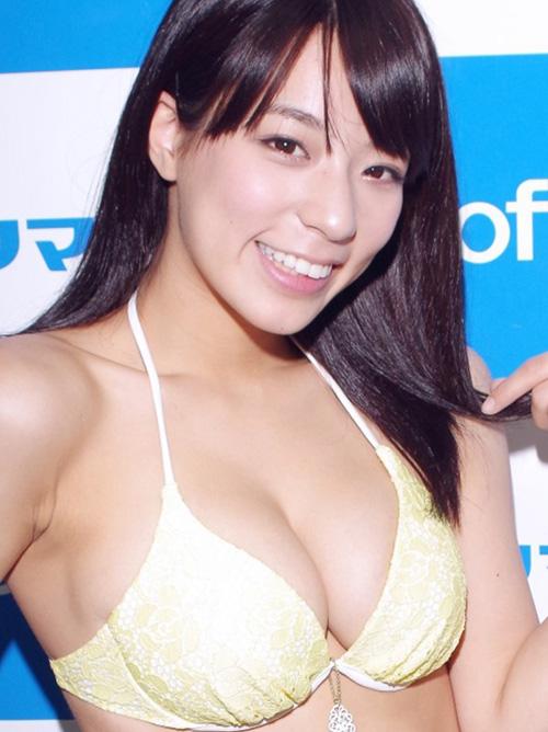 【小瀬田麻由の手ブラ巨乳おっぱいセミヌード画像】将来の目標女優は夏木マリ!
