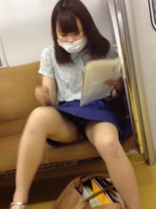 【完遂】 俺はヤッタぜww電車の座席に座ってる女のパンチラや太ももを大胆にパシャリしたぜwwww