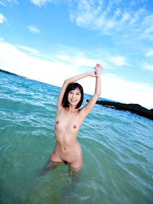 海の日におっぱい丸出しのお姉さん14