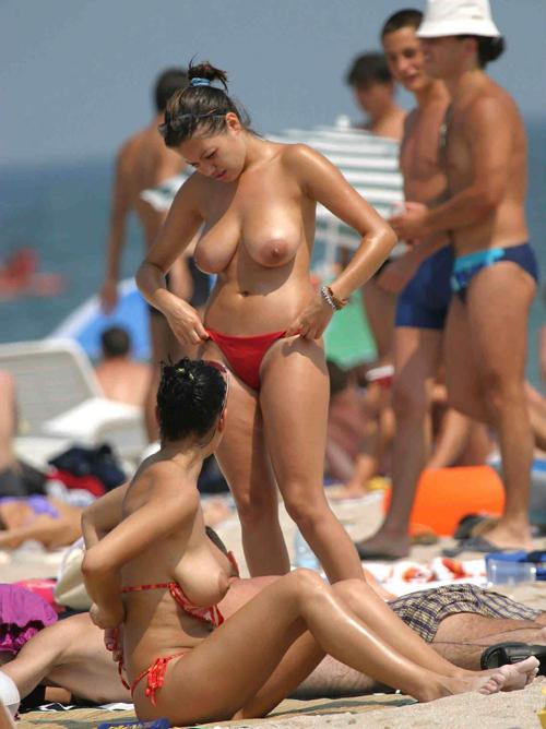 【画像】ヌーディストビーチにいる無駄に美巨乳の女ってなんなの?