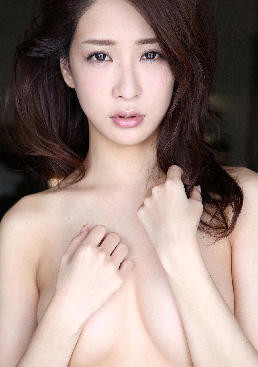 神室舞衣 名器と噂のモデルが手ブラで隠すお乳が気になるえろ写真