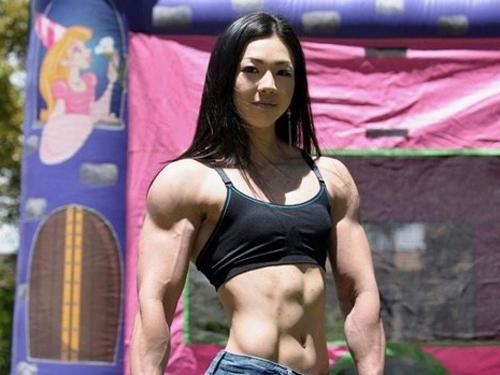 【筋肉】男性ホルモンが強すぎるムキムキな女の子のエロ画像