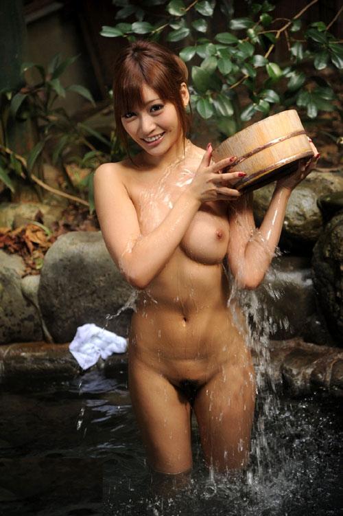 露天風呂で大胆におっぱいを露出3