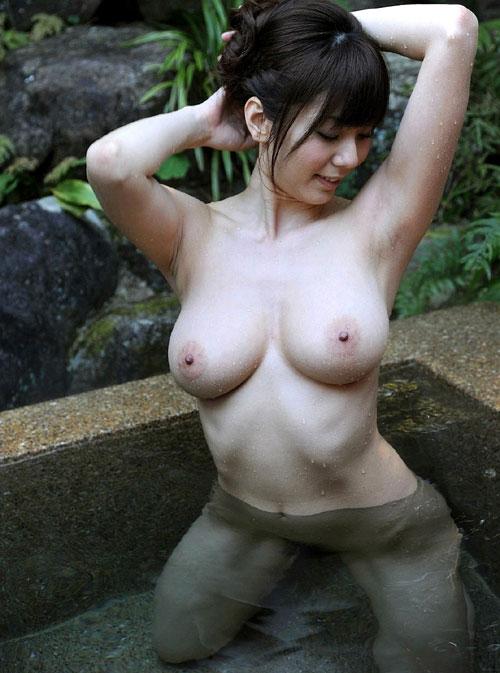 露天風呂で大胆におっぱいを露出16