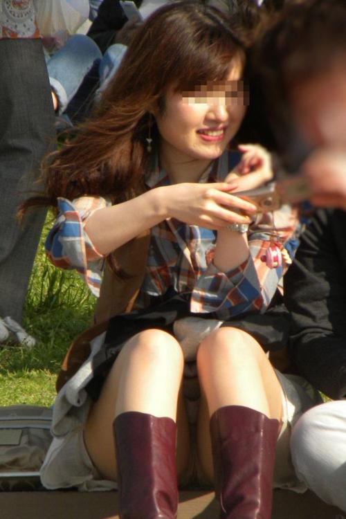 【パンチラ エロ画像】夏のスカートは薄くて素人さんでもチラリズムしやすいぞ!