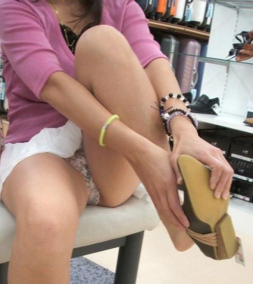 【素人エロ】 靴屋のパンチラ誘発システム…どうにかした方がよくね?wwwww【画像25枚】