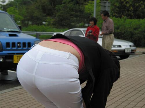 【下着透けエロ画像】街中でこんな光景みたことあるだろ?下着の透けてる女の子!