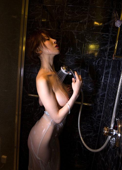 シャワーを浴びてる濡れおっぱい19