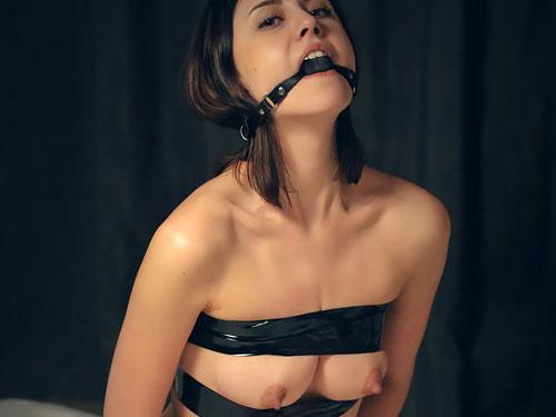【外人美女エロ画像】テープで縛られてより強調されるスゴイ勃起乳首、エロ杉ww ナンか、すげぇ吸いたいwww