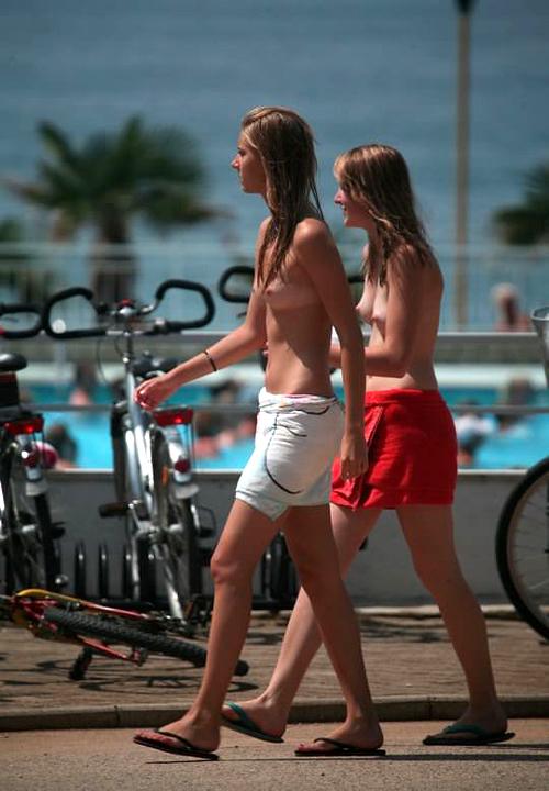 【外人】めっちゃ可愛い素人美少女二人組のおっぱいをヌーディストビーチで隠し撮りしたポルノ画像