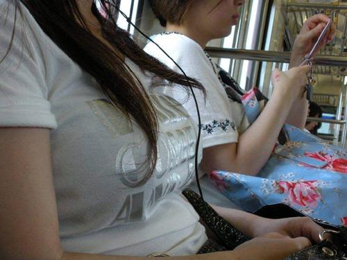 【電車】通勤中の男の視線を釘付けにする電車内着衣巨乳画像