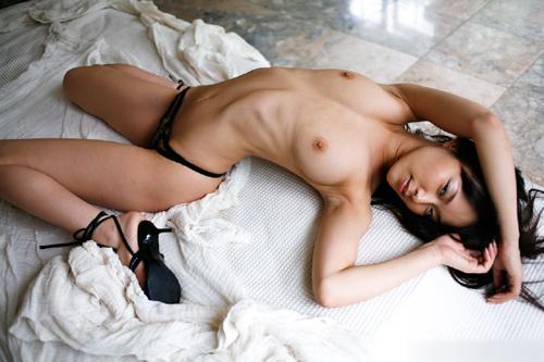 【露骨な肋骨】アバラ骨が浮いてるスレンダー体型な女の子達のエロ画像