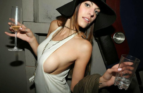 【外国人横乳】脇が大胆に開いたゆるゆるな服を着た外国人美女の丸見えの横乳画像