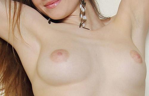【腋フェチエロ画像】今ならもれなく強い汗の味!女の舐めたい腋の下に接近www