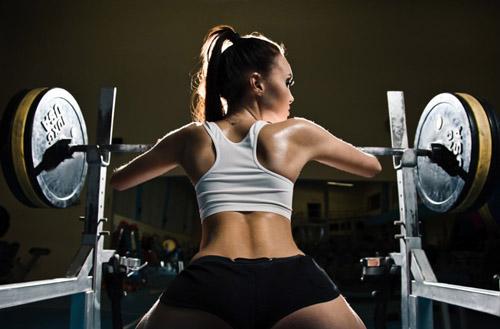スポーツジムでトレーニング中のsexyな外国人美女画像