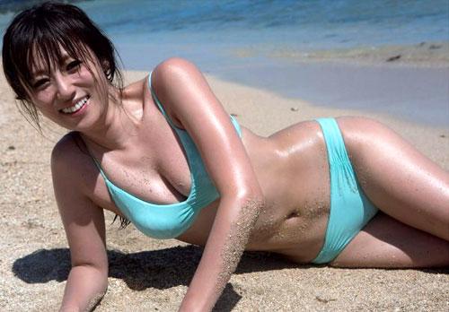 深田恭子 『AKUA』女性も憧れる美尻水着グラビア