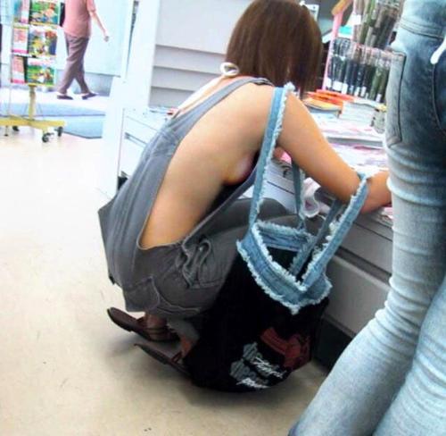 【ハミ乳】 えっろww裸の上にオーバーオールを着てる女の子のオッパイ見えてるwwwww【画像30枚】