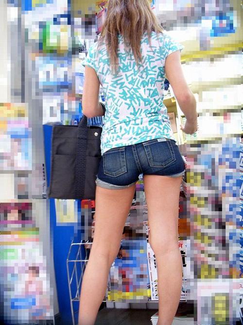 夏の街中でシコりたくなるwww ホットパンツはいた女のエロい太もも画像wwww