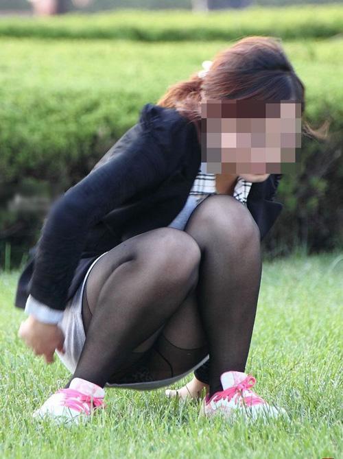【パンチラ エロ画像】柄までわかるぐらいパンツ見えちゃってる素人さんwww